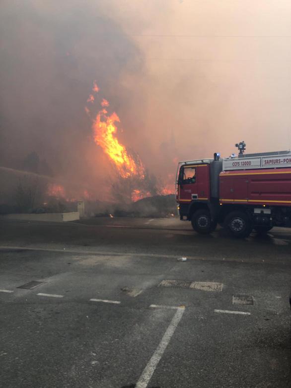 1.200 lính cứu hỏa trắng đêm chữa cháy rừng miền đông nam nước Pháp - Ảnh 9.