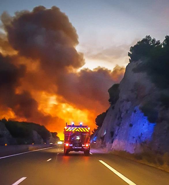 1.200 lính cứu hỏa trắng đêm chữa cháy rừng miền đông nam nước Pháp - Ảnh 8.