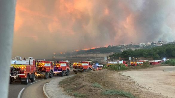 1.200 lính cứu hỏa trắng đêm chữa cháy rừng miền đông nam nước Pháp - Ảnh 5.