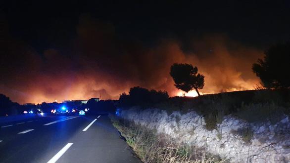 1.200 lính cứu hỏa trắng đêm chữa cháy rừng miền đông nam nước Pháp - Ảnh 1.