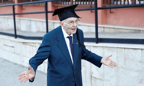 Chấp cả dịch COVID-19, cụ ông 96 tuổi vẫn bỏ túi bằng cử nhân - Ảnh 1.