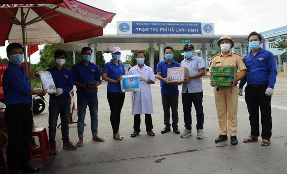 Báo Tuổi Trẻ tặng vật phẩm y tế cho chốt kiểm soát, khu cách ly Quảng Nam - Ảnh 1.