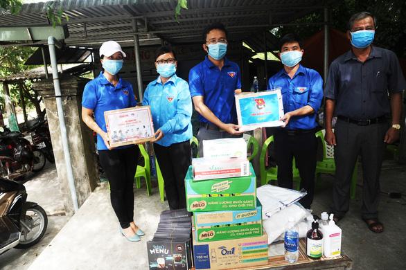Báo Tuổi Trẻ tặng vật phẩm y tế cho chốt kiểm soát, khu cách ly Quảng Nam - Ảnh 3.