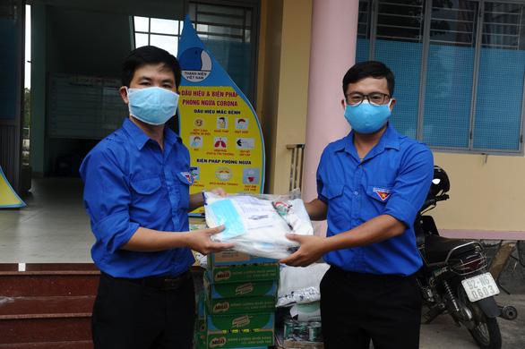 Báo Tuổi Trẻ tặng vật phẩm y tế cho chốt kiểm soát, khu cách ly Quảng Nam - Ảnh 2.