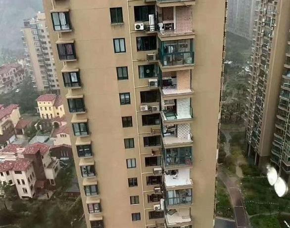 Chung cư cao cấp ở Trung Quốc bị bão xé toạc như nhà bằng giấy - Ảnh 1.