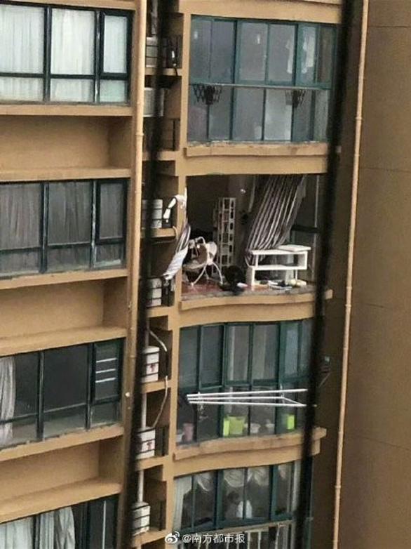 Chung cư cao cấp ở Trung Quốc bị bão xé toạc như nhà bằng giấy - Ảnh 2.