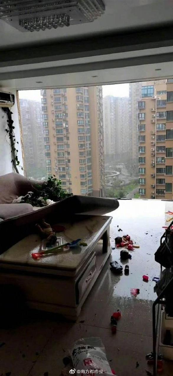 Chung cư cao cấp ở Trung Quốc bị bão xé toạc như nhà bằng giấy - Ảnh 3.