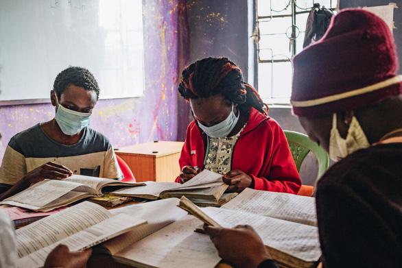 Kenya - quốc gia duy nhất trên thế giới bắt học sinh học lại cả năm vì dịch COVID-19 - Ảnh 1.