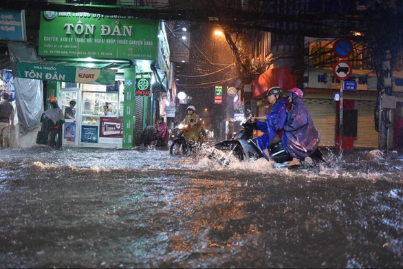 Hứng trận mưa lớn nhất từ đầu năm, nhiều đường trung tâm TP.HCM ngập nặng - Ảnh 6.