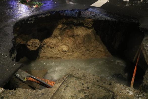 Trong đêm mưa lớn nhất từ đầu năm, ngã 4 Nguyễn Oanh - Phan Văn Trị sụp một hố lớn  - Ảnh 2.