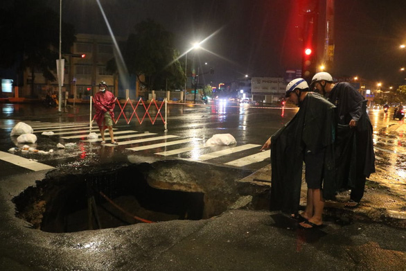 Trong đêm mưa lớn nhất từ đầu năm, ngã 4 Nguyễn Oanh - Phan Văn Trị sụp một hố lớn  - Ảnh 1.