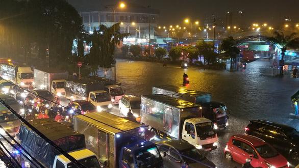 Hứng trận mưa lớn nhất từ đầu năm, nhiều đường trung tâm TP.HCM ngập nặng - Ảnh 7.