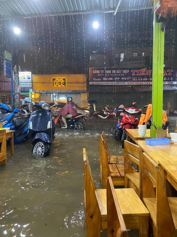 Hứng trận mưa lớn nhất từ đầu năm, nhiều đường trung tâm TP.HCM ngập nặng - Ảnh 5.