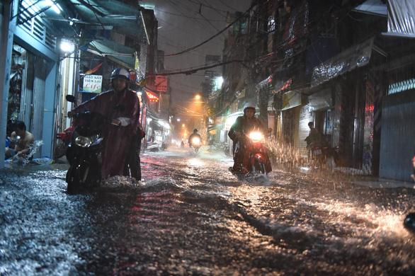 Hứng trận mưa lớn nhất từ đầu năm, nhiều đường trung tâm TP.HCM ngập nặng - Ảnh 3.