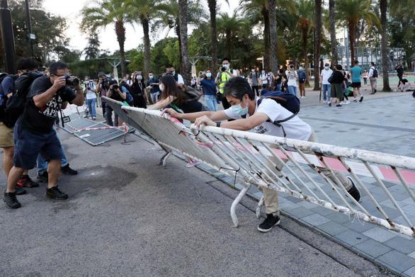 Hong Kong buộc tội Hoàng Chi Phong và 23 người khác tụ tập bất hợp pháp - Ảnh 1.