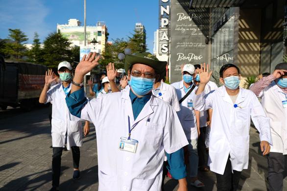 Sở Y tế TP.HCM cử đoàn 8 y bác sĩ chi viện Đà Nẵng - Ảnh 1.