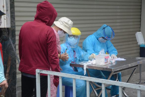 Tuyển chọn 5 người đã khỏi COVID-19 hiến huyết tương điều trị bệnh nhân nặng - Ảnh 1.