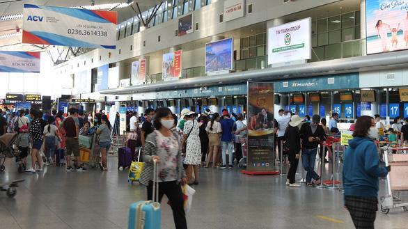 TP.HCM cách ly tập trung 700 khách mắc kẹt rời Đà Nẵng đến Tân Sơn Nhất - Ảnh 1.