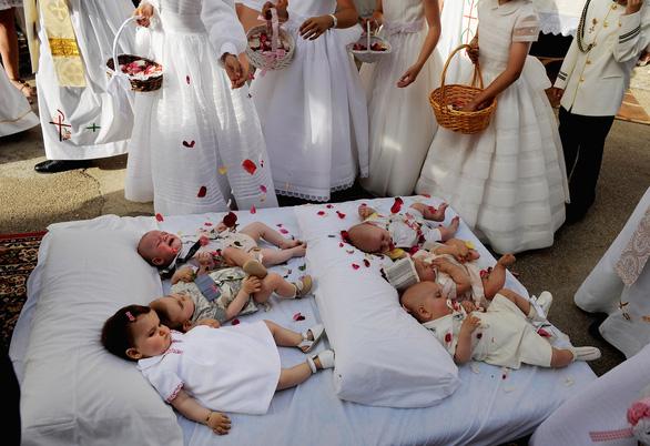 Nhảy qua người những em bé sơ sinh để xua đuổi tà ma - Ảnh 5.