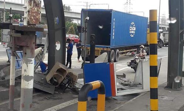 Cửa thùng xe container mở toang, quét sụm cabin trạm thu phí ở xa lộ Hà Nội - Ảnh 1.