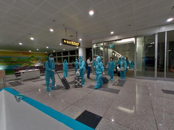 Chuyến bay thẳng đầu tiên đến Texas đưa 350 công dân VN về nước - Ảnh 1.