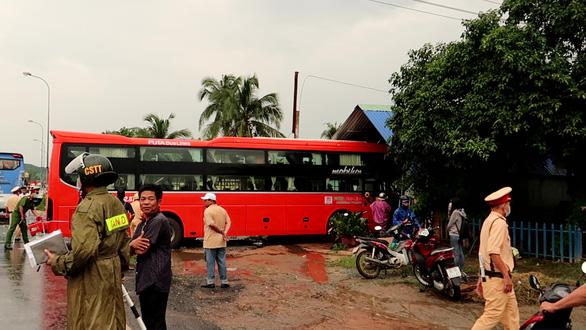 Sau va chạm, xe khách Phương Trang lủi vào nhà dân - Ảnh 1.