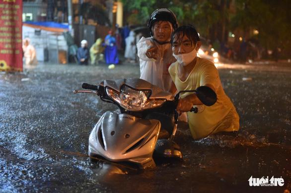 Hứng trận mưa lớn nhất từ đầu năm, nhiều đường trung tâm TP.HCM ngập nặng - Ảnh 8.