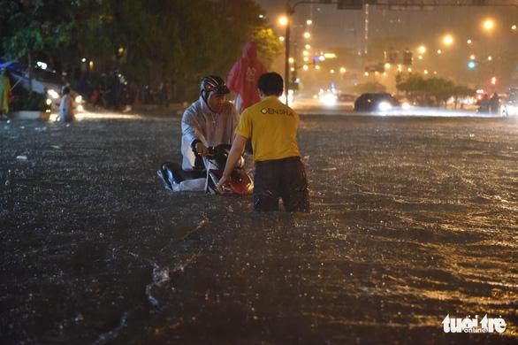 Hứng trận mưa lớn nhất từ đầu năm, nhiều đường trung tâm TP.HCM ngập nặng - Ảnh 9.