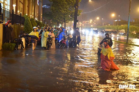 Hứng trận mưa lớn nhất từ đầu năm, nhiều đường trung tâm TP.HCM ngập nặng - Ảnh 12.