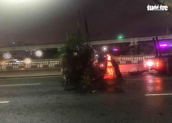 Xe sang mất lái tông gãy lan can, văng khỏi cầu Sài Gòn giữa đêm khuya - Ảnh 2.