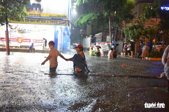 Hứng trận mưa lớn nhất từ đầu năm, nhiều đường trung tâm TP.HCM ngập nặng - Ảnh 10.