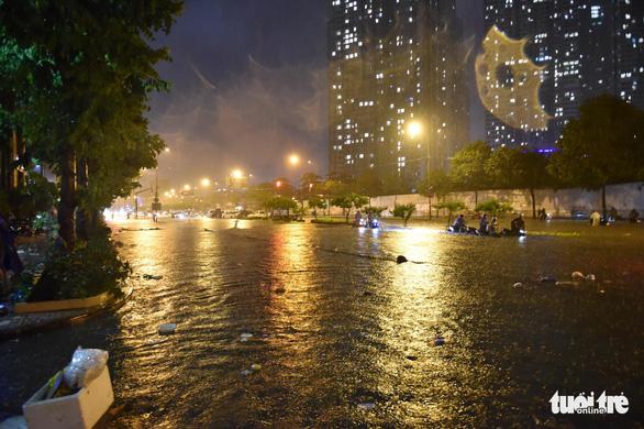 Hứng trận mưa lớn nhất từ đầu năm, nhiều đường trung tâm TP.HCM ngập nặng - Ảnh 11.