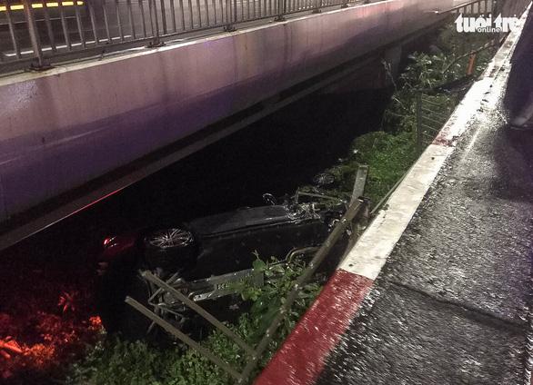 Xe sang mất lái tông gãy lan can, văng khỏi cầu Sài Gòn giữa đêm khuya - Ảnh 1.