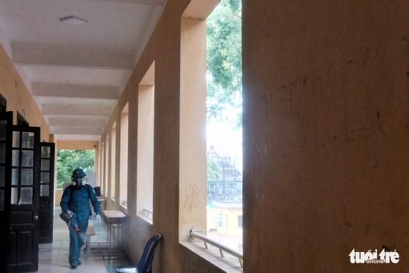 Hà Nội khử trùng trường học trước ngày thi tốt nghiệp THPT - Ảnh 5.
