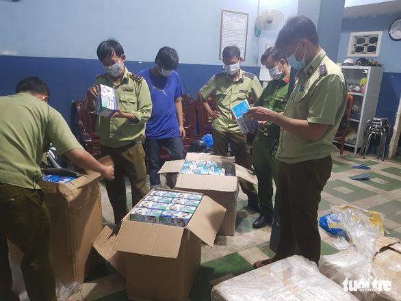 Bắt giữ gần 1.500 hộp khẩu trang y tế chuẩn bị 'tuồn' sang Campuchia - Ảnh 1.