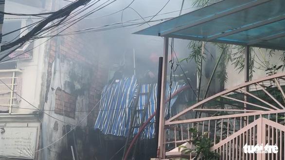 Cháy nhà trong hẻm nhỏ trung tâm TP.HCM, cả xóm bỏ chạy tán loạn - Ảnh 5.