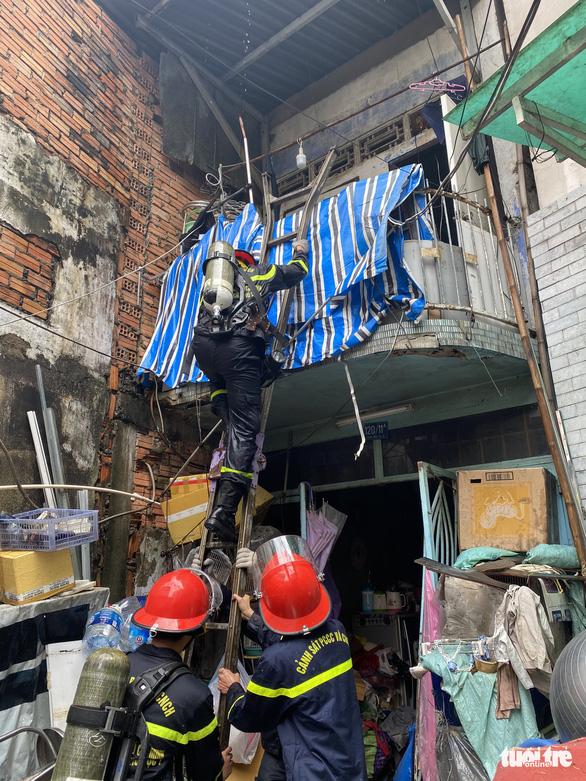 Cháy nhà trong hẻm nhỏ trung tâm TP.HCM, cả xóm bỏ chạy tán loạn - Ảnh 3.