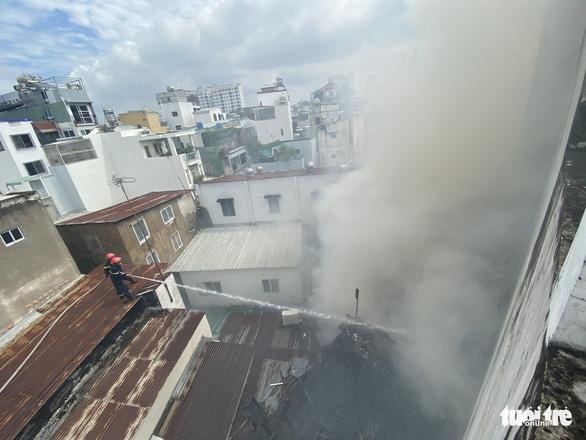 Cháy nhà trong hẻm nhỏ trung tâm TP.HCM, cả xóm bỏ chạy tán loạn - Ảnh 2.