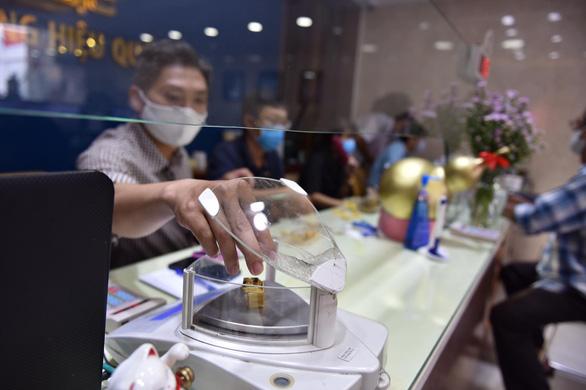 Giá vàng thế giới lao dốc, vàng SJC giảm hàng triệu đồng/lượng - Ảnh 1.