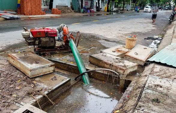 Mưa ngập 12 tiếng chưa rút, hầm chui biến thành hầm chứa nước - Ảnh 7.