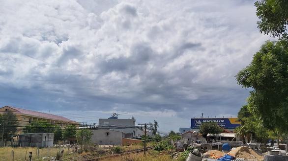 Khởi tố vụ xây công trình không phép trong mùa dịch còn ném đá vào cán bộ - Ảnh 2.
