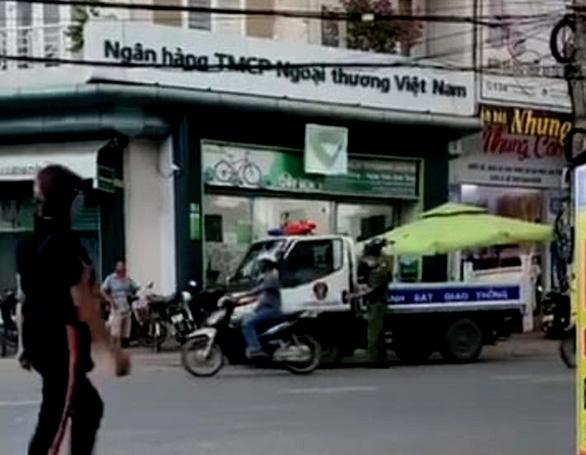 Một người báo mất 450 triệu đồng trong cốp xe máy để trước sân ngân hàng - Ảnh 1.