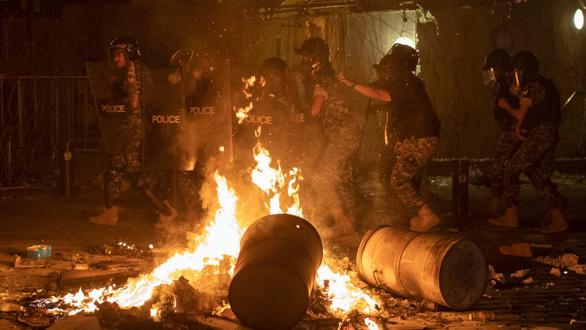 Bắt 16 người liên quan vụ nổ kép ở Lebanon, người dân biểu tình bạo loạn - Ảnh 1.