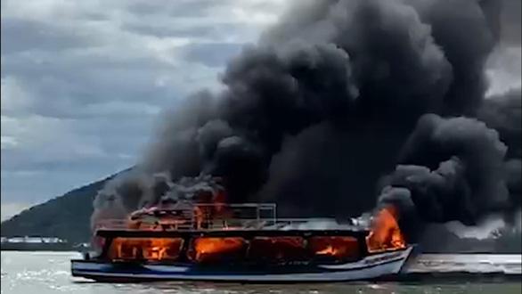 Biên phòng Kiên Giang cứu 25 người trên chiếc tàu bị cháy giữa biển - Ảnh 1.