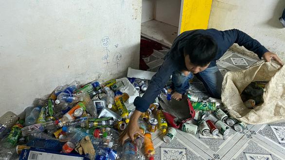 Đời ve chai - Tìm miếng ăn từ rác - Kỳ 6: Trắng đêm nhặt mót miếng ăn - Ảnh 1.
