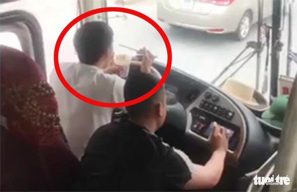 Vừa dùng khuỷu tay lái xe vừa ăn mì gói, tài xế bị tước bằng lái 2 tháng - Ảnh 1.