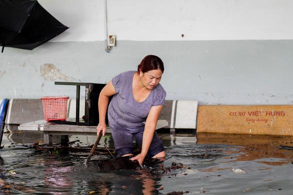 Mưa ngập 12 tiếng chưa rút, hầm chui biến thành hầm chứa nước - Ảnh 8.