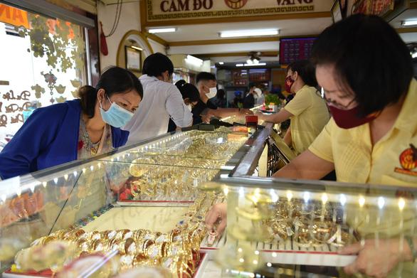 Giá vàng trong nước tăng không ngừng, lên 62,2 triệu đồng/lượng - Ảnh 1.