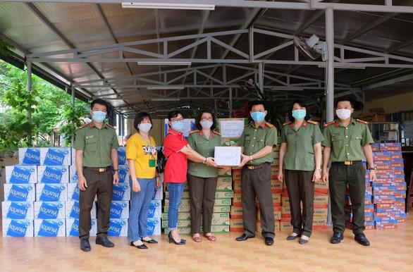 Chuyển phát nhanh J&T Express tiếp sức cho y bác sĩ Đà Nẵng - Ảnh 4.