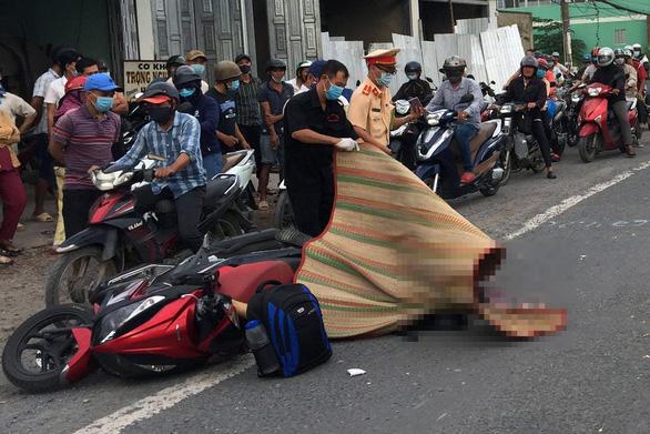 Xe tải cán chết người đi xe máy, quốc lộ 51 ùn ứ kéo dài - Ảnh 1.